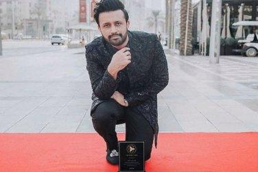 Atif Aslam Receives Dubai Star Award For Best Singer!